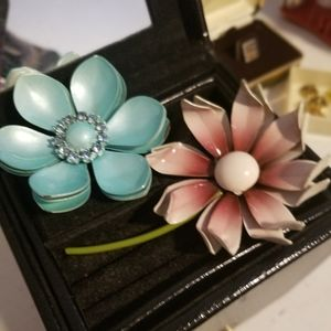 Brooches in pink or blue flowers